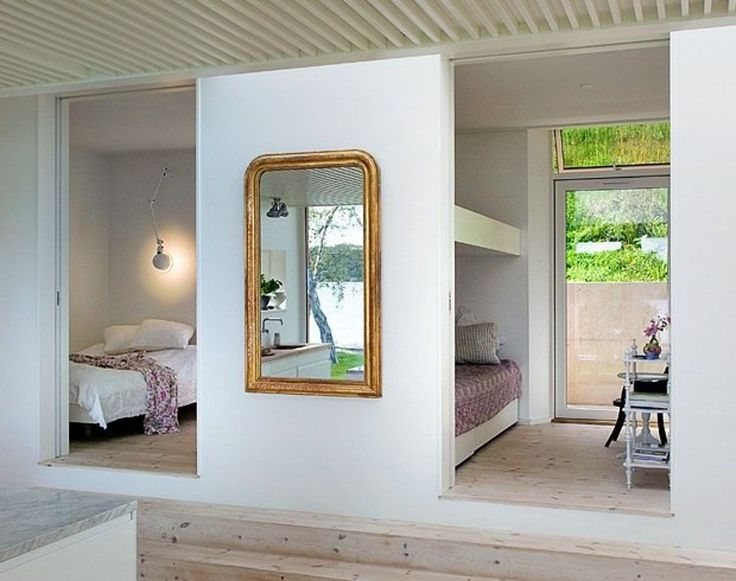 Soverom med skyvedører og forstyrrende speil