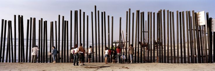 """""""Vá correndo para Berlim. O Muro está caindo."""" Eram onze e meia da noite da quinta-feira, 9 de novembro de 1989, quando o mundo da Guerra Fria começou a ruir. Kai Wiedenhöfer, então um entusiasmado estudante de fotografia documental em Essen, na Renânia do Norte, fez bem em acatar o conselho quase mandatário do professor…"""