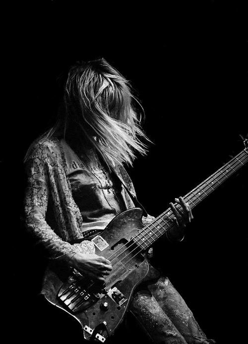Kim Gordon of Sonic Youth playing at the Town & Country Club (London, 1987)