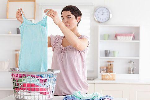 Pračka dopere, ale prádlo nevoní,  někdy je dokonce i nepříjemné na dotek. Pokud se problém opakuje, někde je chyba. Poradíme vám, jak ji napravit.
