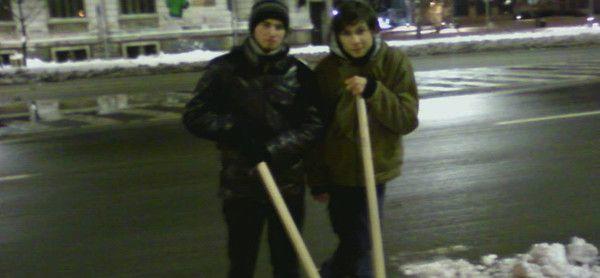 """""""Iulian deszăpezește Bucureștiul"""" se numește pagina de Facebook pe care Iulian Pralea, un tânăr student din București, a lansat-o în speranț..."""