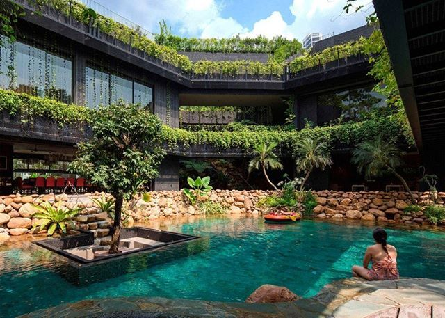 """A casa em Cingapura é marcada pelo telhado verde escalonado que abraça a piscina e a lagoa de carpas no térreo. No projeto do estúdio local Chang Architects, as plantas se espalham pelo exterior da casa, nas varandas e até como """"cortinas"""" em frente às janelas. Veja mais no link da bio. Foto Albert Lim K S #house #home #casa #architecture #arquitetura #garden #jardim #pool #piscina #revistacasaclaudia #online"""