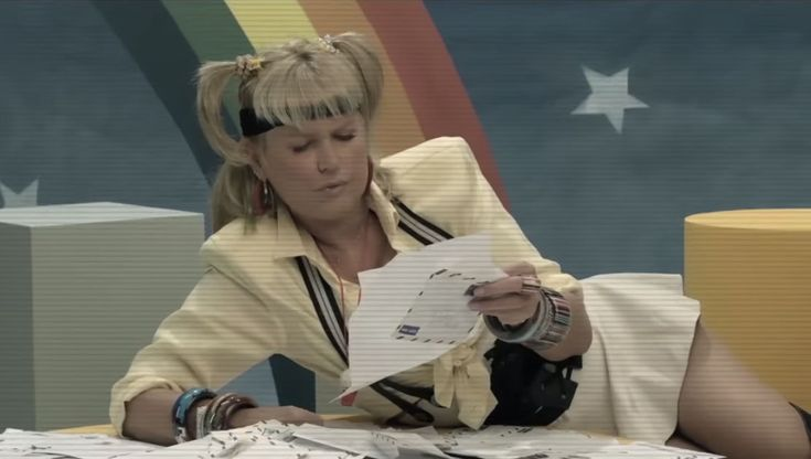 In this clipe, Xuxa gets a letter from Joyce Byer.