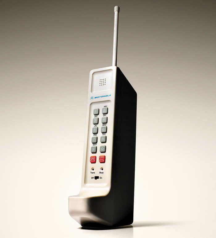 Il primo telefono cellulare ad essere messo in commercio Si trattava di un Motorola DynaTAC 8000X, del 1983. Pesava 800 grammi ed era alto 10 centimetri.  #telefono #cellulare #motorola