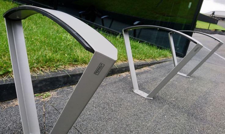 Nowoczesny stojak na rowery w kształcie litery V ze stali nierdzewnej bądź czarnej, który będzie praktyczną ozdobą wielu miejskich przestrzeni. Wysoka konstrukcja pozwala na przypięcie roweru za ramę, a nie za koło czy widelec, co jest znacznie bezpieczniejszym rozwiązaniem. O funkcjonalność tego stojaka rowerowego świadczy też zastosowanie systemu chroniącego ramy rowerowe przed zniszczeniem. Montaż stojaka …