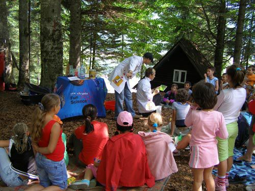 Camps - NuttyScientists Enjoy science camps, the best educational entertainment for children. Crazy experiments, planetary visits, ghymkanas demonstrations, and daily topics, allow children to live science every day.