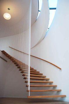 Escada de madeira com hastes brancas.  http://www.decorfacil.com/modelos-de-escadas-diferentes/