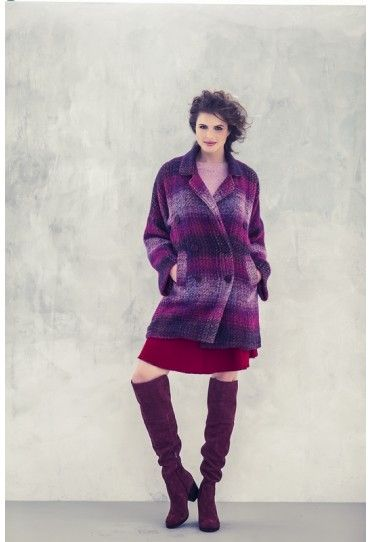 Deze jas heeft veel weg van het caban-model; met een dubbele knopenrij en een grote reverskraag.