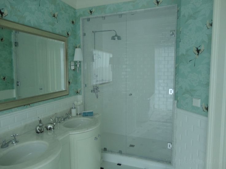 Душевые кабины из тонированного стекла   Дизайнеры полюбили стеклянные душевые кабины за то, что с помощью них можно зрительно увеличивать площадь ванной и «раздвигать стены». Все это благодаря ультра-прозрачности стекла из которых делают стенки и двери кабин.  #ванная #душ #zsteklo  https://zsteklo.ru/service/dushevye-kabiny