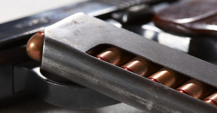 """Instrucciones para desmontar una Lorcin L380. La Lorcin L380 es una pistola semiautomática de calibre .380 ACP. Es un arma de fuego de tamaño mediano con recámara y un sistema de disparo de cañón. Es fácil desmontarla parcialmente para limpiarla e inspeccionarla, lo que debería hacerse regularmente. Este procedimiento se conoce como """"desmontar"""" una semiautomática."""