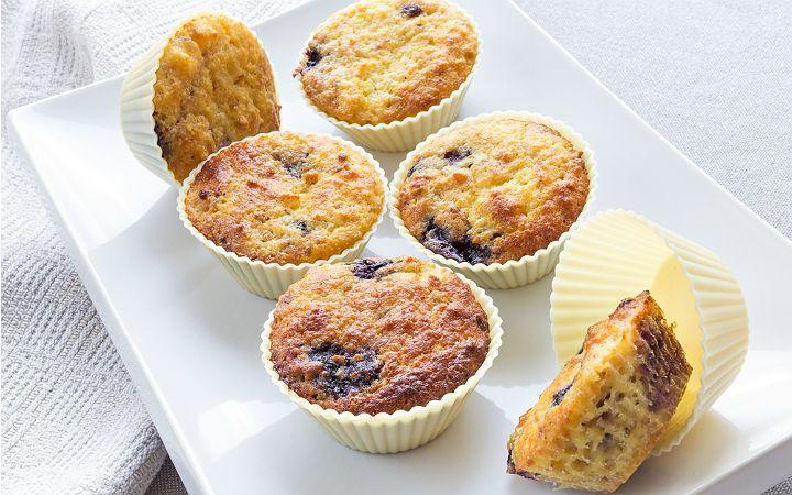 Un içermeyen ve kurutulmuş yaban mersini ile hazırlanan muffin tarifi, kahvaltıdan akşam saatlerine kadar sağlıklı bir atıştırmalık alternatifi.