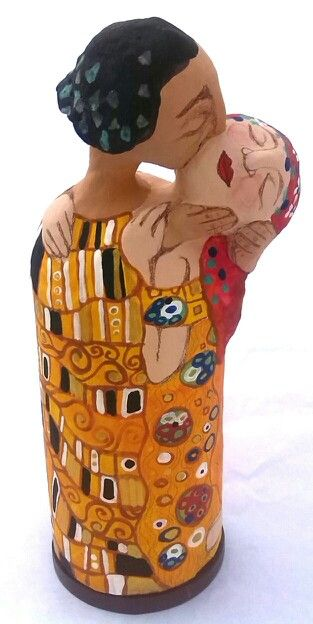 Beso de Klimt, figura en papel mache por Karina Sellanes
