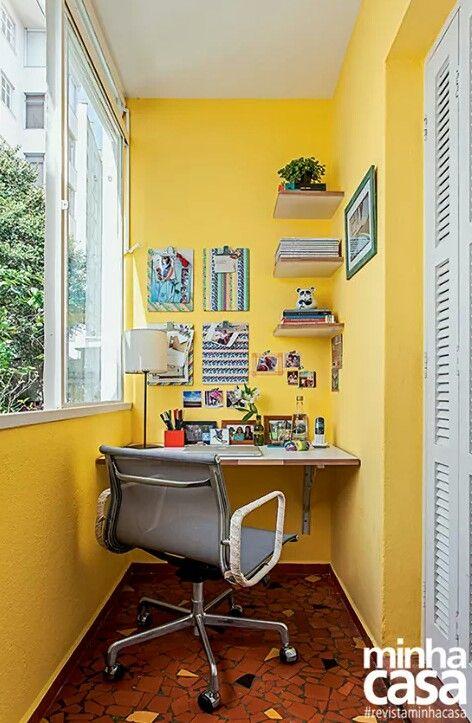 Varanda transformada em escritório.