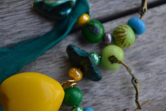 Créoles asymétriques En soie de graine jaune-verte