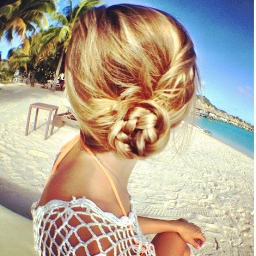 As summer ends we are in a beach state of mind. This super easy braided side bun is perfect for a relaxed day look or could easily transition to a night look when paired with red lips and an LBD!