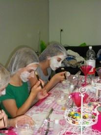 Beauty feestjes voor kinderen vanaf 6 jaar. Lekker tutten bij elkaar met hulp van Jolanda. Tussendoor iets lekkers, daarna op de foto als echte modellen. Er staat een tafel vol met make-up spullen en nagellak voor de kinderen klaar. Na een korte uitleg kunnen ze zelf aan de slag.