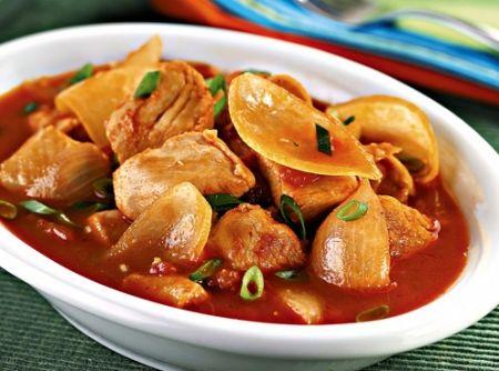 Receita de Frango Agridoce - frango, com o açúcar, a canela, a páprica, o gengibre, o sal e a pimenta. Em uma panela, aqueça o azeite, refogue o alho e a cebola. Coloque o...