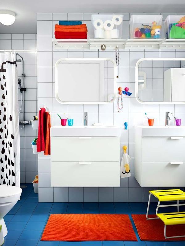 #Baños #pequeños en #orden: Aprovecha la parte alta para colocar unos toalleros con perchero.