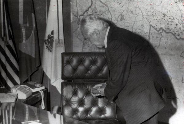 Com uma lata de inseticida, Jânio Quadros desinfeta a cadeira. Foto: Acervo/ESTADÃO                                        A formalidade durante