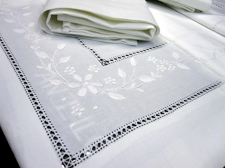 Dormir entre sábanas de algodón con motivos bordados ha sido una tradición desde hace siglos. www.lagarterana.com