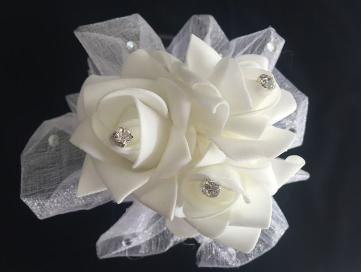 White Rose. 12 inch wand with 3 pretty real touch roses, surrounded with white organza and touches of bling floating around. White and silver ribbons float down the handle. This wand can be reproduced in the colour of your choosing, contact leeann@bejewelledbridal.com.au to discuss your needs.