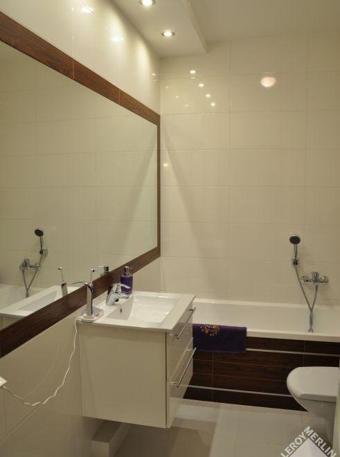 Łazienka w bieli z dodatkami drewna 1