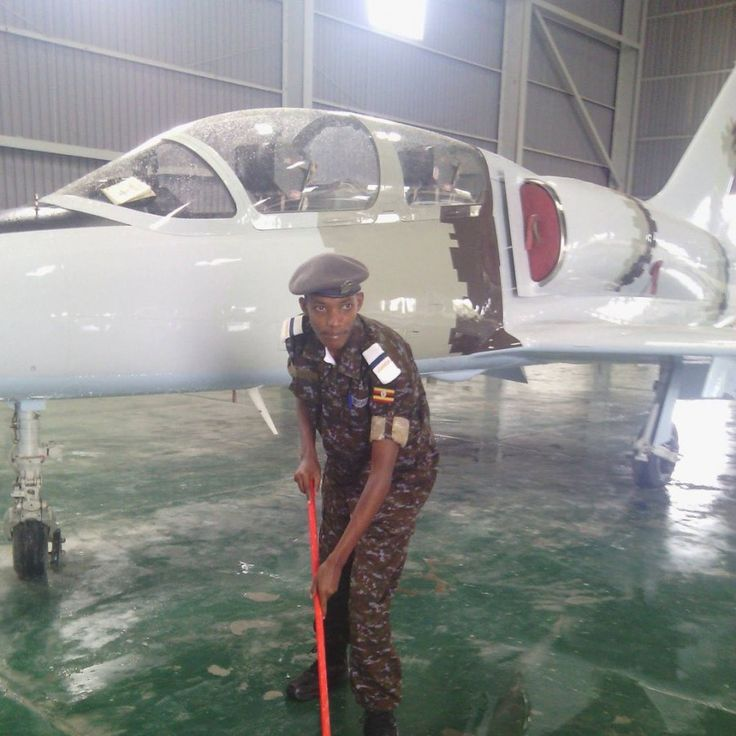 Новая украинская поставка для ВВС Южного Судана 2 учебно-боевых самолета L-39 после капремонта на «Авиакон» прибыли в Джуба ✈ Поставка осуществлялась ставшим уже традиционным путем – из Украины в Уганду, а оттуда – в Южный Судан. На фото обслуживающий персонал ВВС Уганды около недавно прибывших самолетов L-39 http://bmpd.livejournal.com/2133501.html