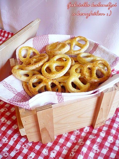Gabriella kalandjai a konyhában :): Sajtos aprósütemény > perec és ünnepi formákban