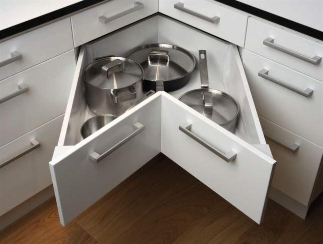 <strong>6 Förvara praktiskt</strong><br>Köket har olika typer av funktioner som behöver smarta förvaringslösningar. Skafferivaror kan placeras i utdragbara lådor, för bättre överblick. Kastruller och stekpannor kan förvaras i hörnskåp med karusellhyllor, eller i speciallådor. Planera förvaring för brödrost, elvisp, mixer, våffeljärn och andra prylar som finns i köket. Tänk detaljerat kring just ditt förvaringsbehov. Kök från Ballingslöv.