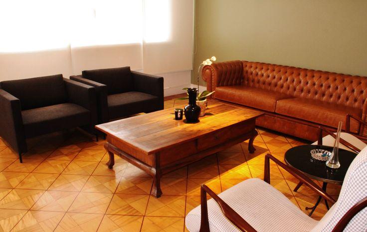 Destaque para o sofá Chesterfield em couro caramelo da MICasa, a mesa de centro era dos clientes , e usamos na composição . Duas poltronas New PUnta também da MiCasa e as Jonh Gras maravilhosas ganharam novo estofado , acervo dos clientes.