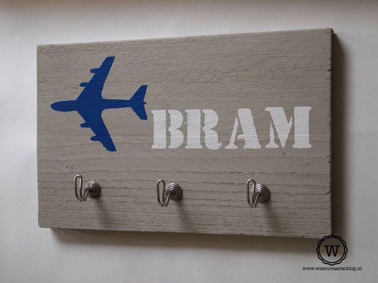 Steigerhouten #kapstok voor #kinderen met vliegtuig en naam. Ook leuk met vogelhuisje, traktor of.... Eigen ontwerp