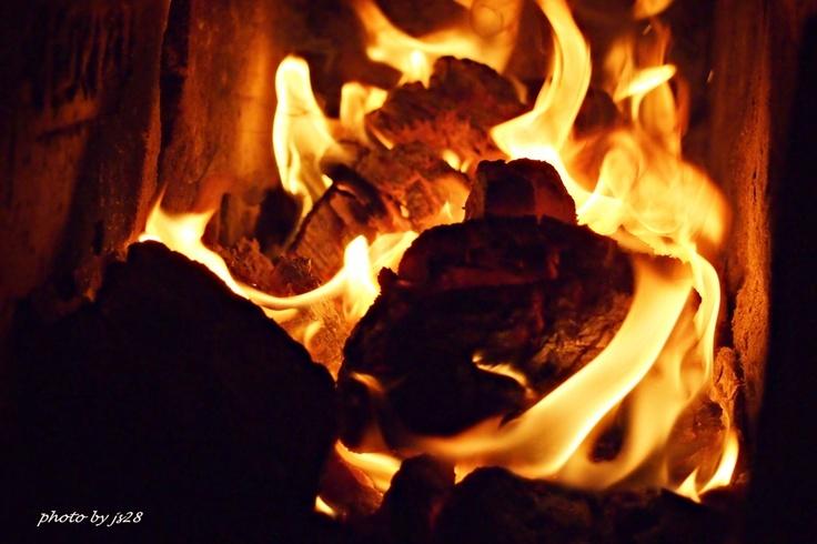 Kiedy za oknem zimno, szaro i ponuro, ciepłe płomienie leczą jesienne smuteczki...