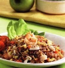 Resep Masakan Nasi Goreng Beras Merah - Meski hanya nasi goreng, tapi dengan sedikit kreativitas bisa jadi menu sarapan yang bergizi dan berenergi. Butuh Resep Masakan menu sarapan yang mudah namun tetap sehat untuk keluarga? Sajikan saja nasi goreng beras merah sebagai menu sarapan Anda