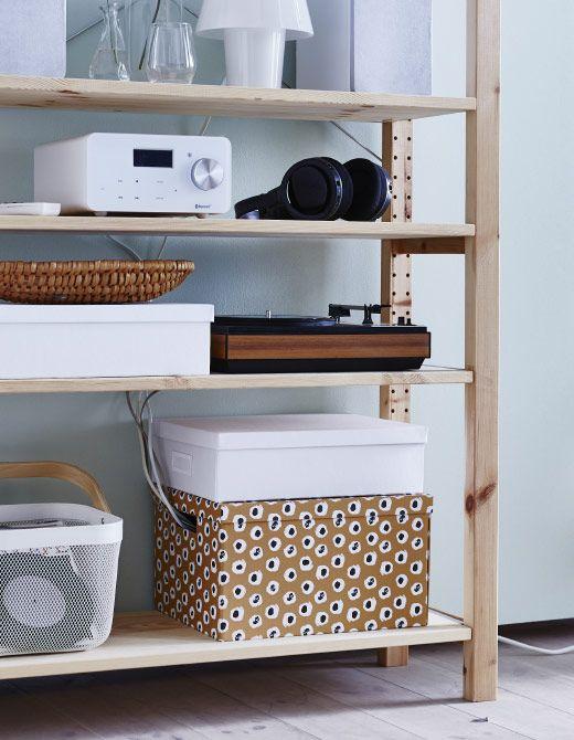 Ordnung für deinen Arbeitsplatz bringt z. B. TJENA Box mit Deckel in Braun, in die sich deine Mehrfachsteckdose versenken lässt.