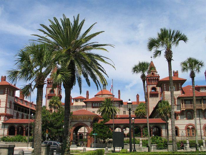 セント・ジョージ・ストリートの南端に位置するフラッグラー大学は、1968年に創立された私立大学です。校舎は1888年に実業家ヘンリー・フラッグラーによって建設されたポンセ・デ・レオン・ホテル(Ponce de Leon Hotel)で、プリンストンレビューの「全米で最も美しいキャンパス」の一つに選ばれています。