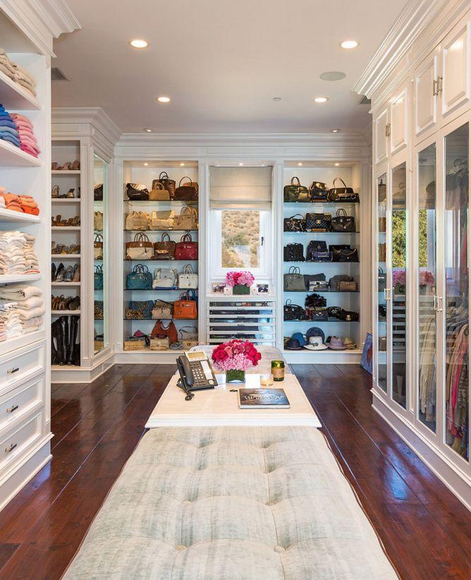 Un enorme armario con toneladas de estantes. Puse toda mi ropa, zapatos, bolsos y más en este armario. Todas las paredes están pintadas de blanco.