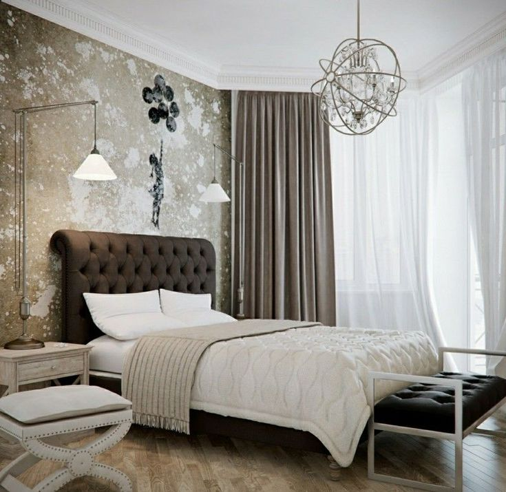 Das Schlafzimmer erhält durch die scheinbar unverputzte Wand einen originellen Look