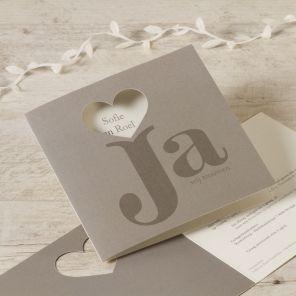 Met een huwelijksaankondiging mag je pronken, en dat is precies wat deze trouwkaart doet!Dubbele kaartUnieke snijvormGroot vierkant formaatKlik op 'maak je kaart' en ontwerp je eigen creatie!