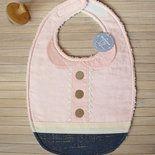 Bavaglino per neonata a forma di camicetta con colletto e pizzo. Realizzato in stoffa di cotone color rosa con piccolissimi pois color panna e stoffa jeans con decori dorati. La stoffa rosa rappr...