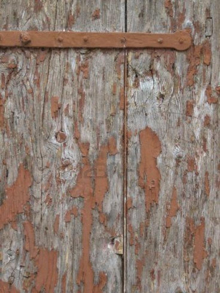 Bruine verf pelt uit een oude verwaarloosde houten deur Stockfoto