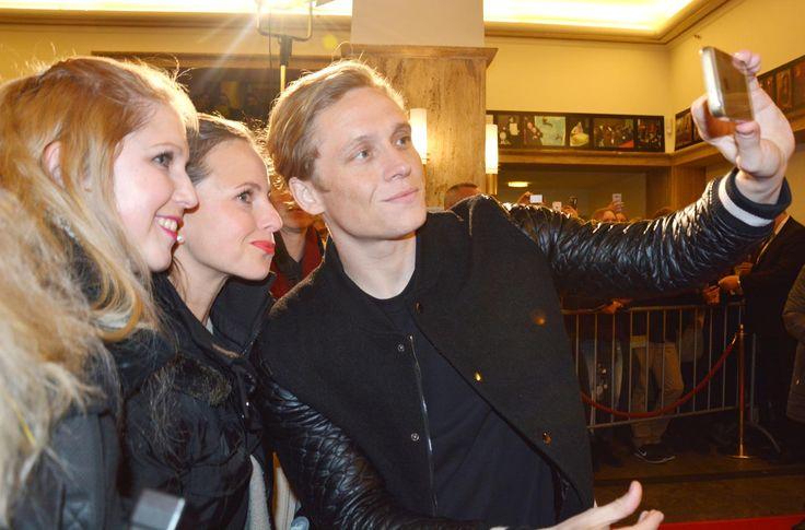 Selfie mit den Fans. Matthias Schweighöfer und Florian David Fitz: Kreischalarm in der Lichtburg Essen