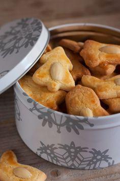 Les Bredele 250 grs de beurre doux 250 grs de sucre semoule 2 œufs (+ 1 jaune pour la dorure) 500 grs de farine  1/2 paquet de levure Amandes émondées