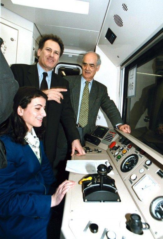 Από την επίσκεψη του Προεδρείου της Βουλήςστο Μετρό. Στην φώτο ο τότε υπουργός ΠΕΧΩΔΕ Κ. Λαλιώτης και ο τότε Πρόεδρος της Βουλής Α. Κακλαμάνης με την οδηγό του συρμού. Φωτο: ΑΠΕ/ΜΠΕ