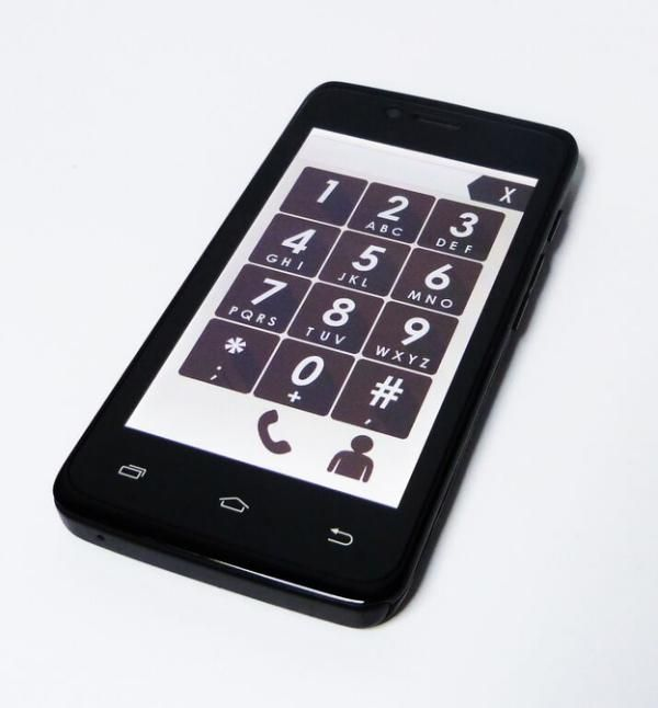BUENOS AIRES / (www.neomundo.com.ar) Cuenta con botones y letras grandes, además de un sistema de alerta SOS por medio de una tecla fácilmente visible para enviar una notificación de SMS y por internet. Ofrece ubicación online, la que permite saber la ubicación actual del usuario y los últimos lugares recorridos en un lapso de tiempo.
