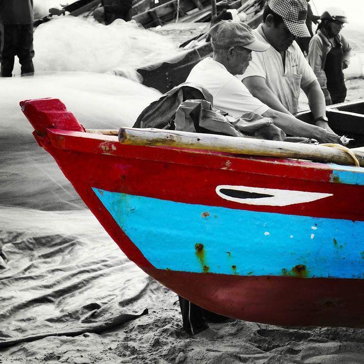 Insta / nguyen_phu_30.10.95: Mắt thuyền Boat's eye #eye #boat #prow #beach #sand #fisherman #fisher #selectivecolor #blueandred #travelvietnam #vietnam #lofifilter #lofi #sonya6000 #sonyimages