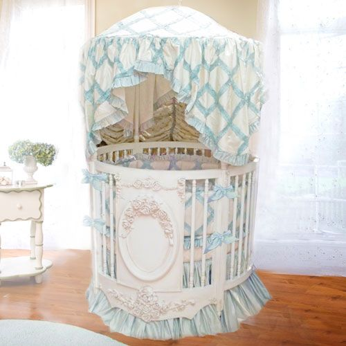 Bella Rose Round Crib With Rose Appliqué