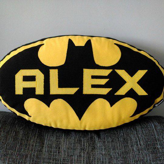 Ejemplo de cojín Batman personalizado con el nombre.                                                                                                                                                     Más