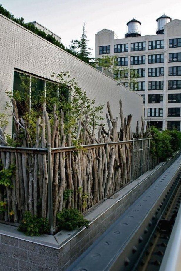 Balkon Sichtschutz Ideen Holz Zweige Pflanzen Rustikal Aussehen Terrassenideeen Garten Gartenpaletten Gartenlandsch In 2020 Garden Screening Outdoor Balcony Plants