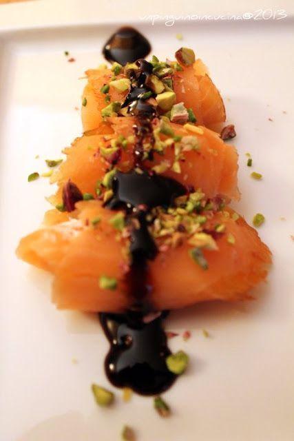 Rotolini di salmone e ricotta con granella di pistacchi: