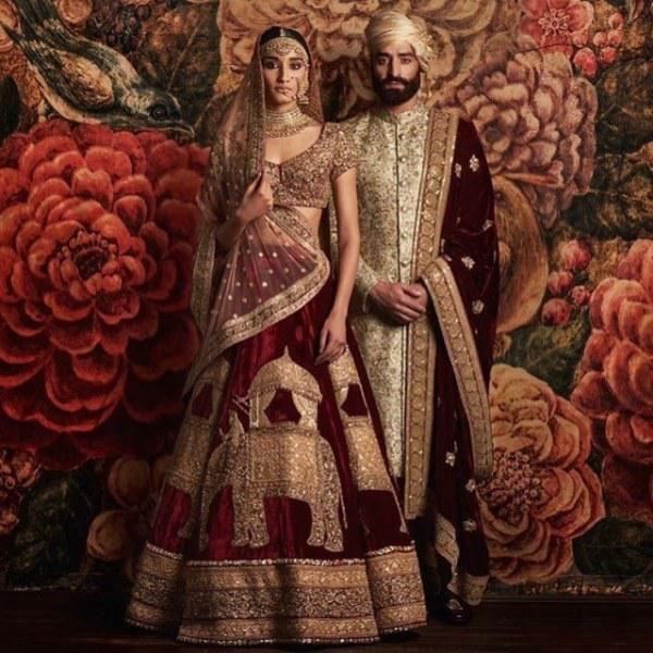 Свадебные костюмы населения земли - Вокруг света  Индия  В индийской культуре принято надевать на свадьбу красные или розовые платья. В северных регионах женщины после замужества ставят себе точку на лоб
